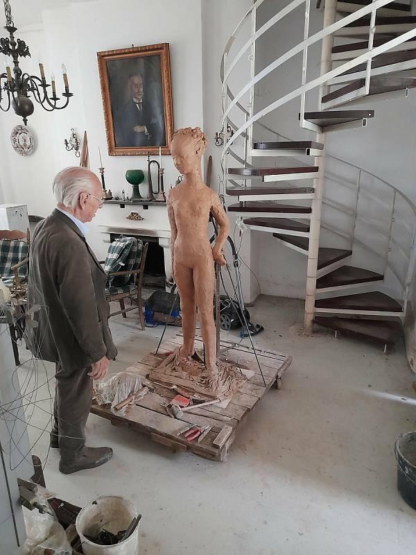Sousoší vytvořil prapotomek baronky, německý umělec Dieter von Levetzow.