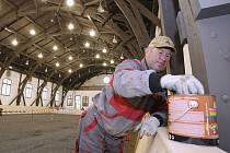 JEŠTĚ NĚKOLIK posledních úprav a instalací a jízdárna se podrobí kolaudaci. Pak se sem vrátí koně.