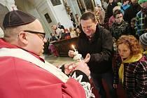 V KATEDRÁLE. Stovky věřících i návštěvníků Katedrály sv. Štěpána v Litoměřicích si odnášeli o Štědrý den domů ve svých lampičkách betlémské světlo.
