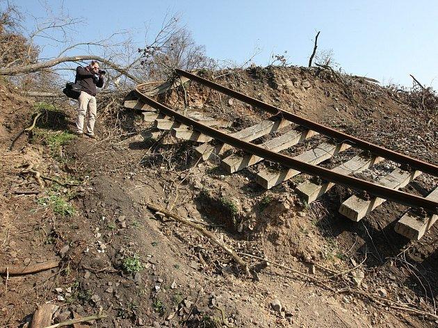 TRAŤ mezi  Řetenicemi a Lovosicemi poškodil vroce 2013sesuv půdy. Vlakovou dopravu nahradily autobusy.