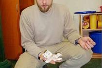 VÝMĚNNÝ PROGRAM se netýká pouze injekčních stříkaček. Klienti dostávají také další zdravotní a hygienický materiál podle potřeby – filtr, sterilní vodu, desinfekční polštářek, tampon po vpichu, kyselinu askorbovou  a kondom, ukazuje Jaroslav Papež.