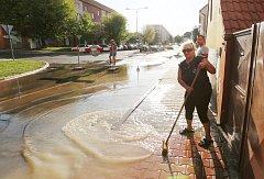 Jen několik hodin vydrželo opravené potrubí vodovodního řadu v Terezínské ulici v Lovosicích. V podvečer opět vytriskl gejzír pitné vody, který ohrožoval několik domů v blízkosti silnice. Hrozilo, že voda, kterou nestačil kanál odvest nateče do dvorů rodi