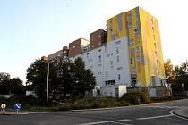 REZIDENCE ORBIS. Do bytů v nedávno dokončené budově v centru města se podle fám mají stěhovat desítky nepřizpůsobivých rodin. Podle správkyně chtějí majitelé bydlení naopak zkvalitnit.