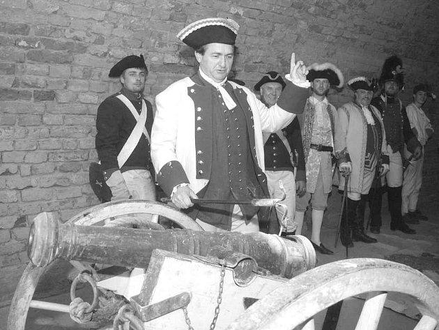 Členové klubů vojenské historie nastoupení v plné parádě  budí zájem návštěvníků pokaždé. Neobejde se bez nich ani letošní ročník Josefínských slavností v Terezíně.