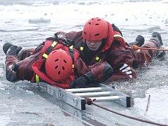 ZÁCHRANA ČLOVĚKA, pod kterým se probořil led, patří k těm obtížnějším typům zásahu. Pohybovat se po zamrzlé hladině a posléze z vody vylézt zpátky na souvislou vrstvu ledu, je často dřina i pro trénované hasiče.