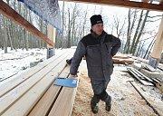 Tesař Martin Andráš ze Žitenic na Litoměřicku staví poblíž Malečova na kopci dřevěnou rozhlednu.