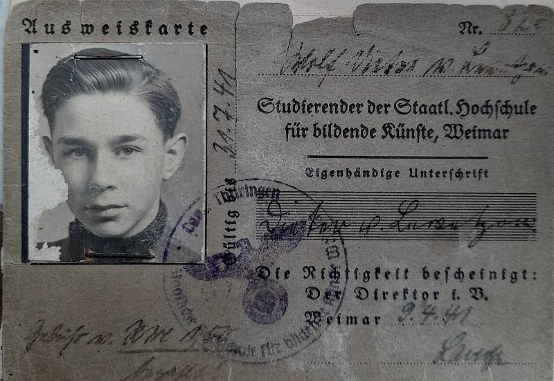 Sousoší vytvořil prapotomek baronky, německý umělec Dieter von Levetzow. Obrázek z jeho mládí.