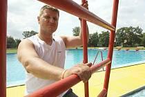 VYLIDNĚNO. Přestože je návštěvnost koupališť na Litoměřicku v posledních týdnech téměř nulová, personál musí udržovat zařízení ve stavu, jako by bylo otevřeno.  Na snímku z koupaliště ve Štětí správce areálu a vedoucí plavčík Martin Šilhan.