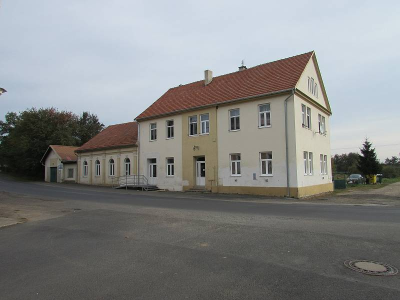 Kulturní dům v Chotiněvsi, který obec uvnitř postupně opravuje. V objektu jsou také byty.