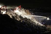 Hasiči stále bojují s požárem na skládce komunálního odpadu u Čížkovic.