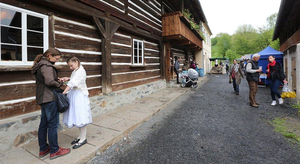 Májový jarmark ve skanzenu v Zubrnicích.
