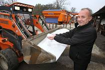 SŮL, TECHNIKA I PERSONÁL. Vše je připraveno na první sníh. Technické služby Litoměřice mají nakoupený posypový materiál a přestrojenou první zimní techniku. Na snímku vedoucí úseku čistoty města Andrej Dlugoš.