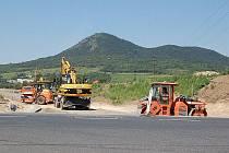 INTENZIVNÍ stavební práce nyní probíhají na stavbě zhruba třísetmetrového obchvatu dvou lovosických čtvrtí Holoubkov a U hřbitova. Provoz z dálnice D8 ve směru na Teplice by na něj měl být sveden do 15. srpna.