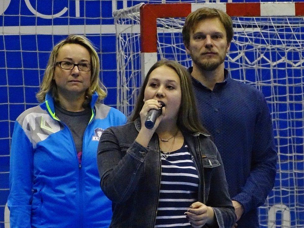 Při závěrečném ceremoniálu zazněla státní hymna