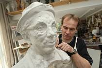 Litoměřický sochař Libor Pisklák  právě dokončil bustu českého herce a komika Felixe Holzmanna.