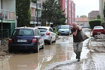 PŘÍVALOVÝ DÉŠŤ Libochovice zaplavil bahnem. Nejvíce zasažená je Revoluční ulice.