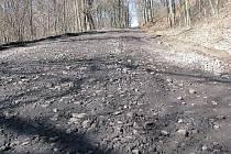Komunikaci mezi Brocnem a Chudolazy na Štětsku rozdrtily těžké kamiony.