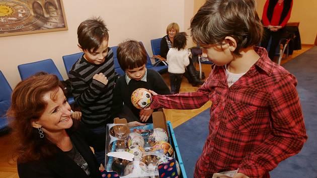 Děti z Klokánku měly Vánoce nanečisto. Již v pondělí dostaly vánoční dárky od nadace Kalich Alexandra Vondry.