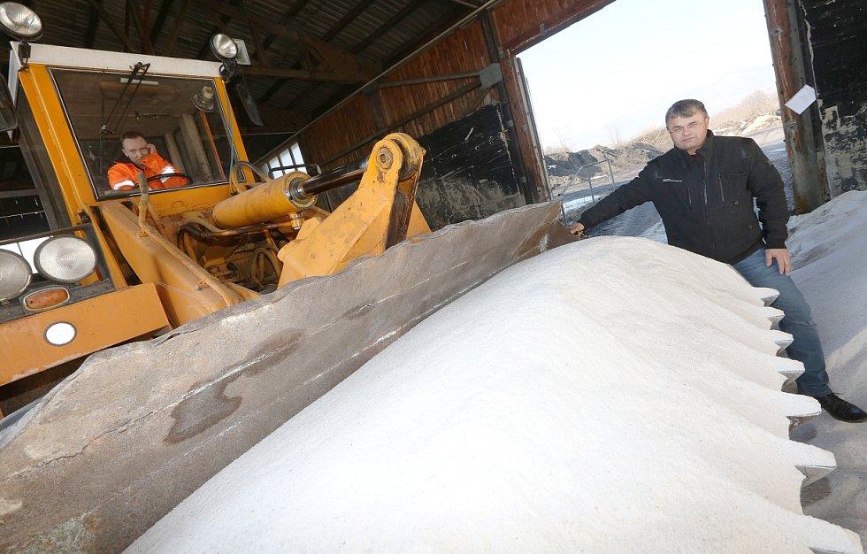 Přestože letošní zima byla tužší než ty předchozí, mají silničáři ve svých skladech stále dostatek posypové soli. Potvrzuje to i vedoucí litoměřické správy a údržby silnic Vlastimil Filous (na snímku).