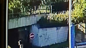 Na kamerovém záznamu je zachycen člověk, který by mohl policistům poskytnout důležité informace k případu.