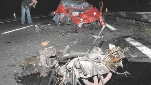 Motor z renaultu při nárazu vylétl několik metrů od vozidla