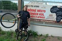 Vratislav Tomášek ukazuje jedno z kol, které jim lidé donesli. I tento bicykl ještě poslouží ve vzdálené Africe. Sběrné místo je v terezínském automuzeu.