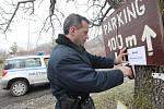 """PREVENCE. V pátek vyrazil třebenický strážník společně s lovosickým policistou vyvěsit cedule upozorňující na možný výskyt jedu v okolí Hazmburku. """"Současně jsme zintenzivnili hlídkovou činnost v této oblasti,"""" upozornil strážník Tomáš Rotbauer."""