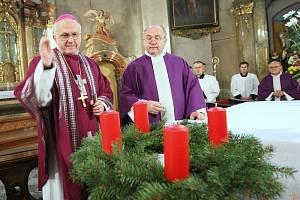 Nový litoměřický biskup Mons. Jan Baxant v neděli posvětil adventní věnec a zapálil na něm první svíčku, aby tím zahájil advent – začátek liturgického roku a přípravy na Vánoce, slavnosti narození Ježíše Krista.