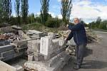 Obyvatel domu s pečovatelskou službou v Rybniční ulici v Úštěku Hans Peter Wilhelm ukazuje na nepořádek, který se už několik let hromadí v těsném sousedství domu.