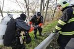 Hasiči a policisté prohledávají řeku Labe a její břehy u Křešic. Spadlo tam letadlo