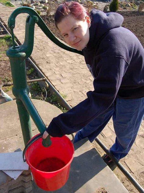 Rodina Marie Šamsové z Křešic používá vodu ze studny na zalévání zahrady. Pravnučka Katka bude zalévat zasázené muškáty.