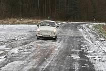 Ledové plotny uzavřely silnici u Chodoun.