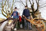 V  Hrušovanech na Litoměřicku vyrážel na Zelený čtvrtek průvod dětí s  řehtačkami po vesnici, 2010