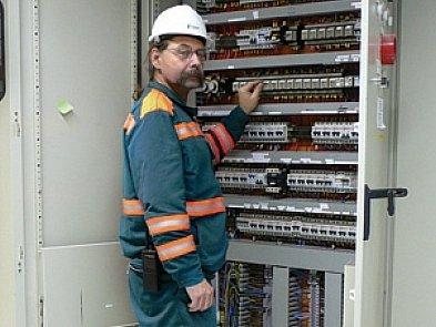 Bezpečnostní prvky mají na oděvech všichni zaměstnanci cementárny.