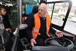 DEN V REFLEXNÍ VESTĚ za sebou mají stovky řidičů autobusů, ale i trolejbusů a tramvají v zemi. Boj odborářů za důstojné pracovní podmínky a odpovídající plat podpořili také šoféři na Litoměřicku. Pokus se situace nezlepší, jsou připraveni i stávkovat.