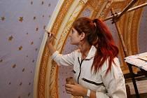 Na obnově maleb uvnitř unikátního mauzolea se podílí také studentka Hana Cermanová.