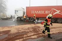 Nehoda s velkým únikem nafty v Pražské ulici v Terezíně