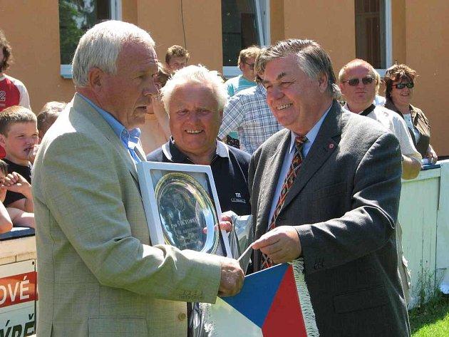 Při víkendovém Danone Cupu – Poháru národů v Roudnici nad Labem předával mj. ceny nejlepším i legendární gólman Ivo Viktor. Pořadatelům neuniklo, že dnes oslaví kulaté pětašedesátiny. Na snímku mu hlavní pořadatel turnaje Vladimír Betka předává drobné up