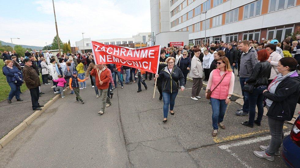 Několik stovek nespokojených občanů dorazilo ve středu 1. května k městské nemocnici. Lidé protestovali proti prodeji nemocnice.