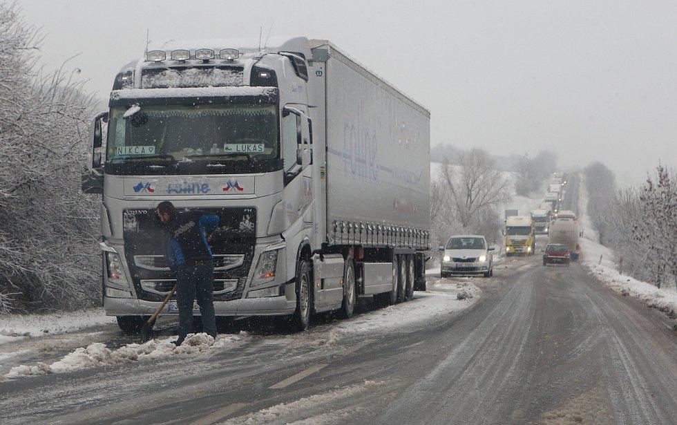 Sníh působil dopravní komplikace u Jenčic.