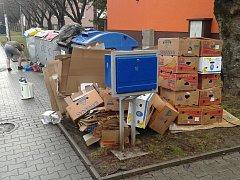 Takovýhle stav u popelnic trápí Lovosice. Snímek je z ulice Tovární.