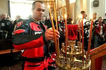 SVÍCE PRO MICHALA. Motorkáři, kteří v neděli odpoledne začali pietní spanilou jízdu v Mělníku, ji zakončili bohoslužbou a zapálením svící v litoměřickém kostele sv. Václava.
