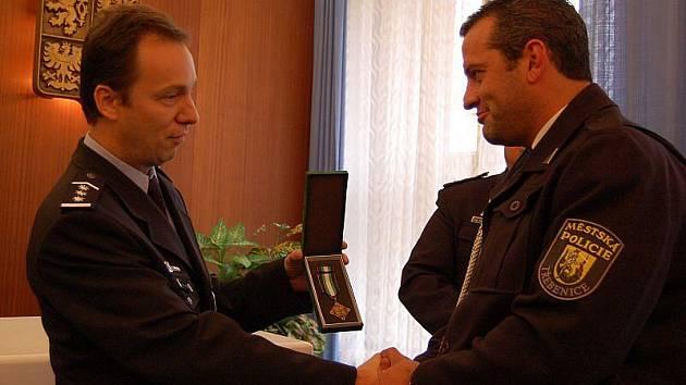 Ocenění třebenického strážníka Tomáše Rotbauera.