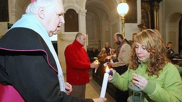 Emeritní biskup Josef Koukl rozdával betlémské světlo, které skauti do katedrály přinesli.