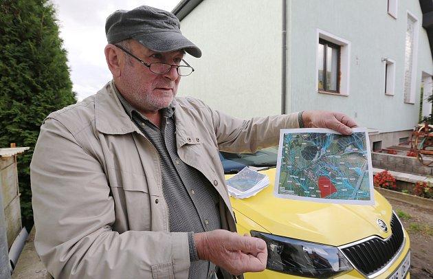 Obyvatelé obce Dobkovičky, která leží těsně událnice D8 a ubývalého sesuvu si stěžují, že jim praskají domy. Problém vidí ve spodní vodě, která po výstavbě dálnice změnila své toky a podmáčí základy rodinných domů.