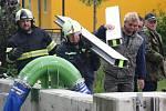 V Křešicích v neděli dopoledne začali stavět zábrany proti vodě