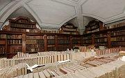 Vůně starých knih. Lada Hlaváčková představuje interiéry biskupské knihovny.