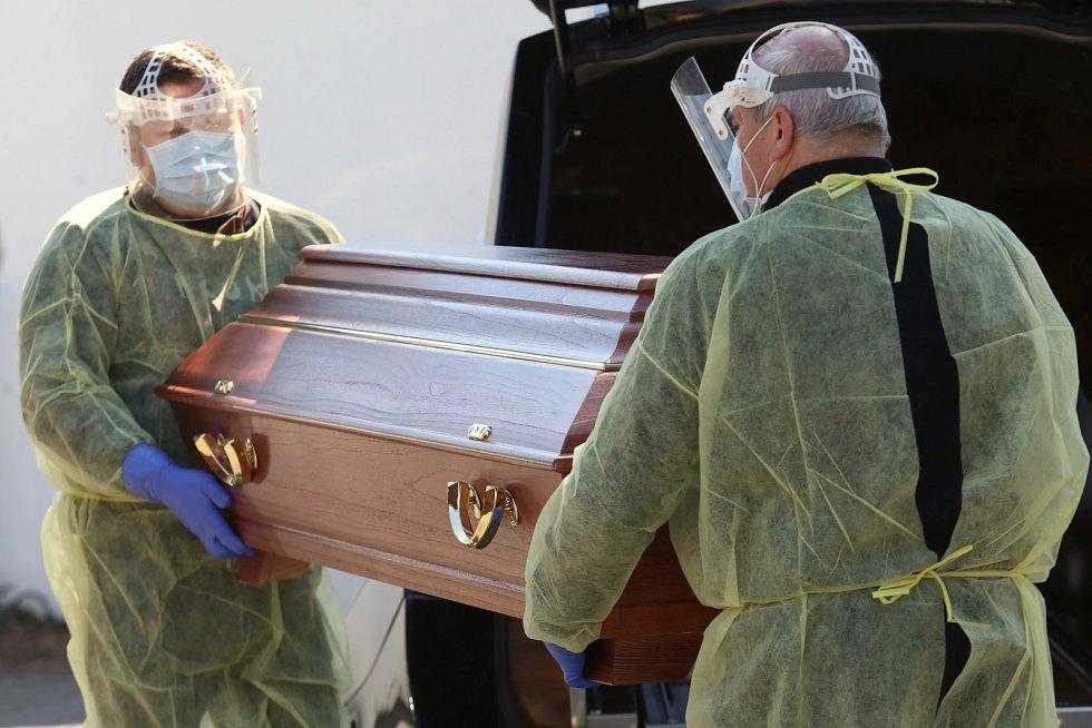 Michal Jirásek (vlevo) z pohřební služby Auriga