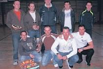 VYHRÁLI. Novoroční turnaj vyhráli fotbalisté z Pokratické party, kteří zakolísali jen jednou. V ostatních duelech už přemožitele nenašli.