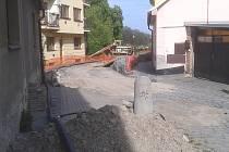Zhruba před měsícem zahájila Severočeská vodárenská společnost v roudnické Třebízského ulici rekonstrukci kanalizační stoky z roku 1928 a souběžně vedeného vodovodního řadu z roku 1959.